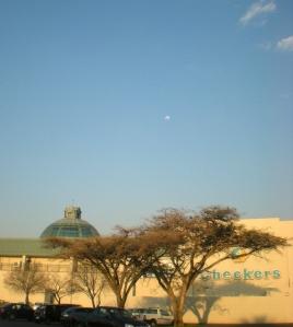 Cresta Mall, amb lluna plena i arbres de la sabana