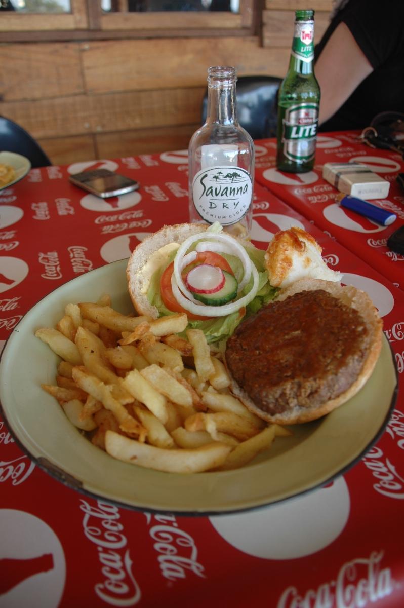 Hamburguesa americana en un bareto als afores de Jozi