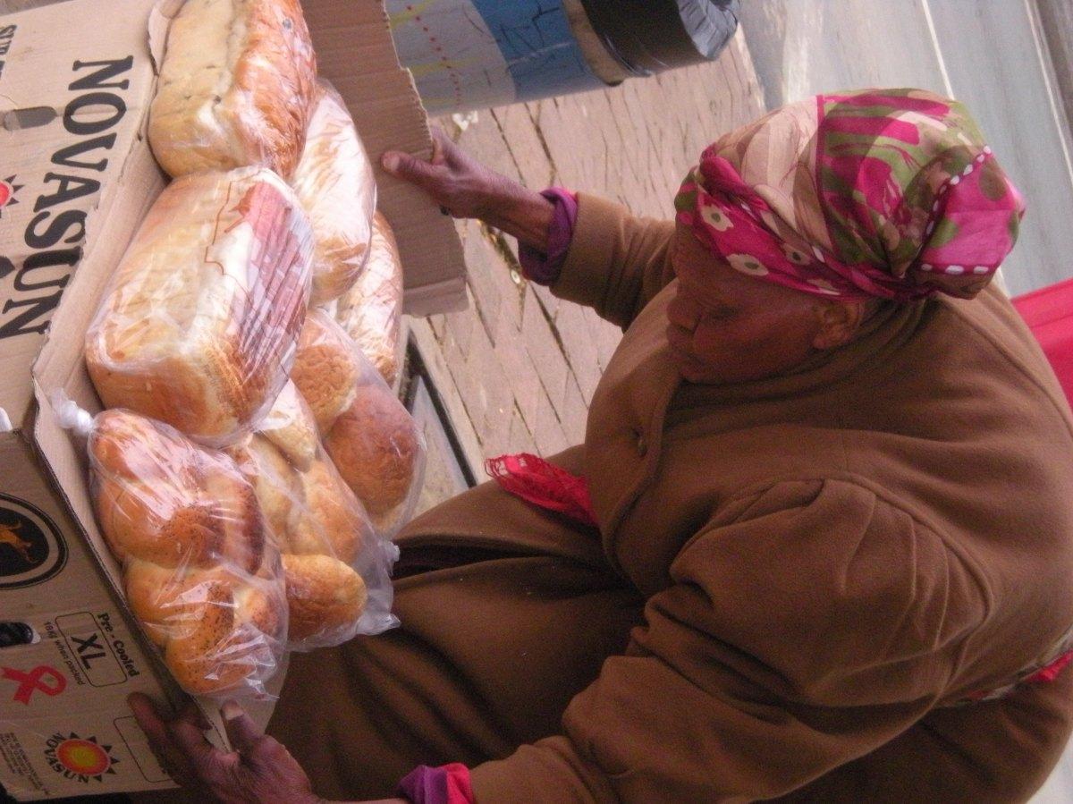 Una dona prepara la seva paradeta de pa, a Miriam Makeba Street, Newtown