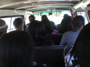 Interior d'un taxi. Ni aire per respirar