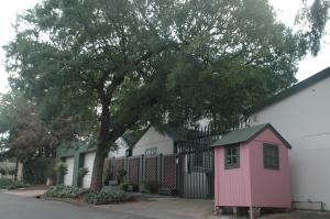 La caseta rosa és la del vigilant de la casa, a Melville