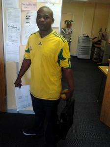 El Bento arriba a l'oficina amb la samarreta de la Bafana Bafana, un divendres de febrer
